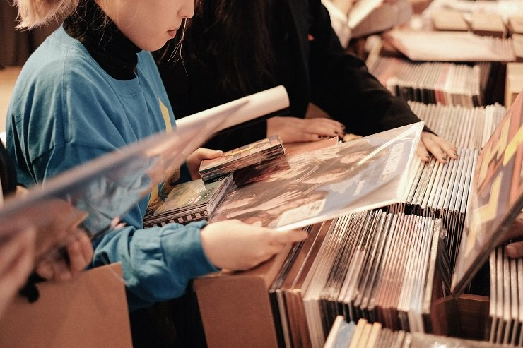 A customer looking through favorite LP record at Record Box Day held at ODE PORT, Shinsa-dong, Seoul, May 11. A long queue of people formed since 8 a.m. in the morning although the actual event started at 10. / Courtesy of Universal Music Korea