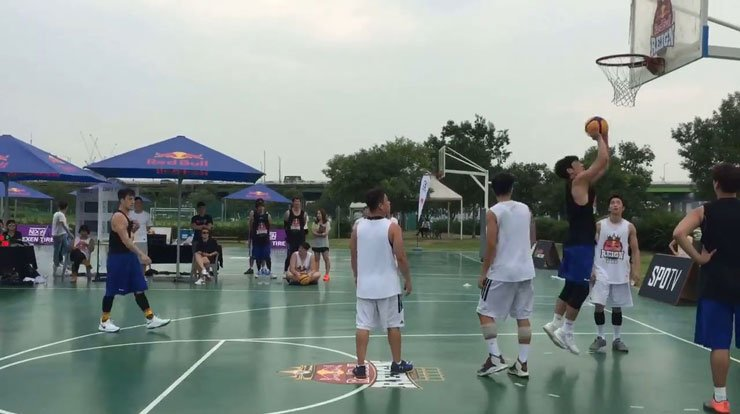 ONG players (in white) deliberately play no defense as an Uptempo player tries a jump shot in the Red Bull Reign basketball tournament Group 1 final match. / Capture from a video provided by Project Ball