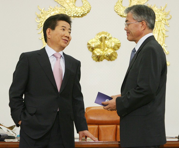 Former President Roh Moo-hyun, left, talks with current President Moon Jae-in at Cheong Wa Dae in May 2007 when the latter was the former's chief of staff. / Yonhap