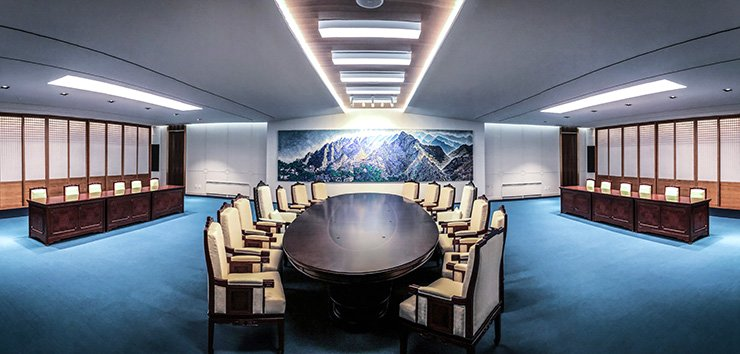 A meeting room inside the Peace House where a summit between President Moon Jae-in and North Korean leader Kim Jong-un will be held Friday / Joint press corps