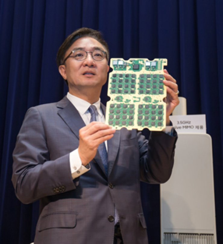 Kim Young-ky, head of Samsung Electronics' network business, introduces the company's 3.5-gigahertz band 5G equipment to reporters during a press conference at Samsung Digital City in Suwon, Gyeonggi Province, Friday. / Courtesy of Samsung Electronics