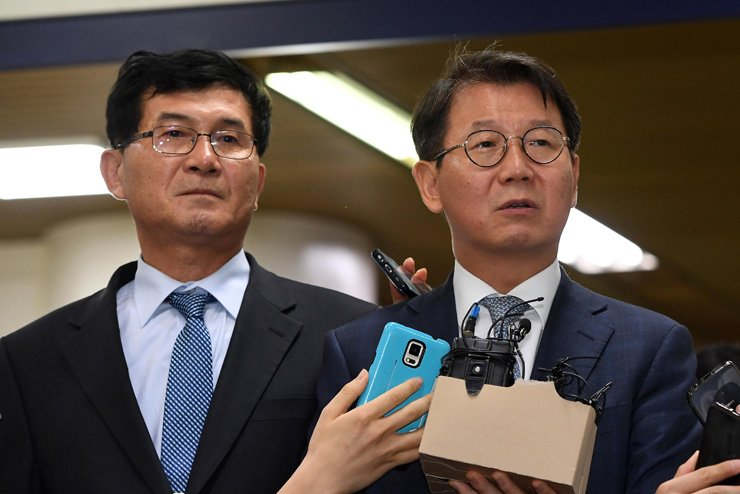 Song Ho-chul, right, a lawyer representing Samsung Electronics Vice Chairman Lee Jae-yong, speaks at the Seoul Central District Court on Friday after Lee was found guilty and sentenced to five years in prison for multiple corruption charges. Song said he will appeal the verdict. / Yonhap