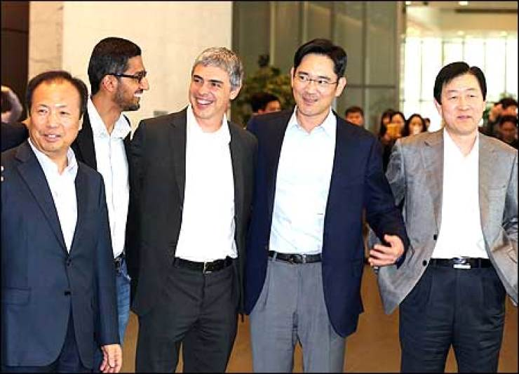 Google co-founder and CEO Larry Page, center, smiles with Samsung's top executives, including Samsung Vice Chairman Lee Jay-yong, fourth fromleft, Samsung Corporate Office Head Choi Gee-sung, right, and Samsung mobile chief Shin Jong-kyun, left, after they discussed partnership in theOLED business at Samsung's main office in Gangnam, southern Seoul, Friday. Yonhap