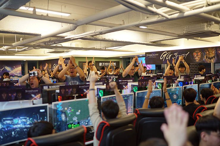 Gamers cheers during Blizzard Entertainment's GG Together event at a PC room in Gangnam, Seoul, July 30. The game company said it held the event to celebrate the exclusive pre-launch of 'StarCraft: Remastered' at all its partnered PC rooms in Korea. / Courtesy of Blizzard Entertainment