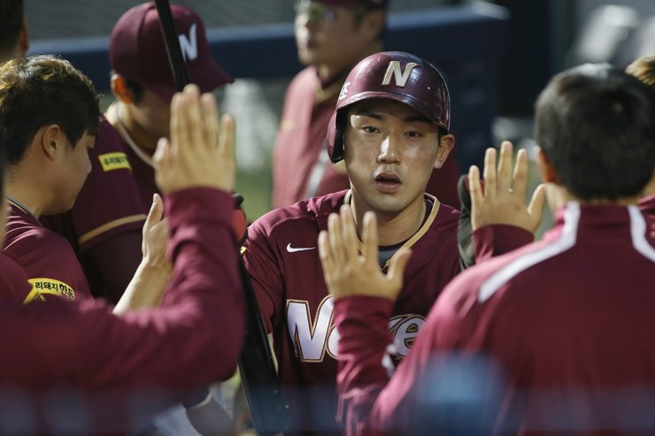 Nexen Heroes' second baseman Seo Geon-chang celebrates with his teammates after hitting the cycle of a single, a double, a triple and a home run in a agame against the Doosan Bears at Seoul Sports Complex Baseball Park in southern Seoul, Friday. / Yonhap