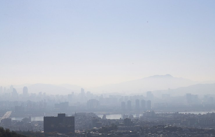 The downtown area of Seoul is blanketed by fine dust, Sunday. /Yonhap