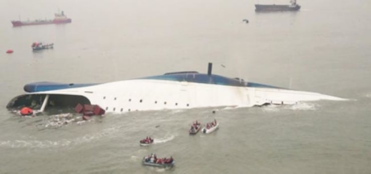 Rescue boats approach to save passengers from the 6,835-ton ferry Sewol, which capsized off Korea's southwestern coast on April 14, 2014. / Yonhap