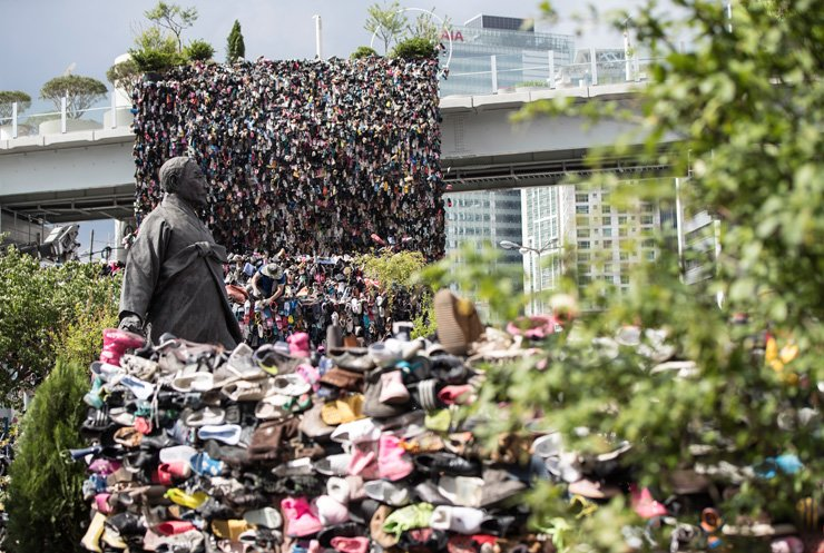 'Shoes Tree,' a giant art installation made of 30,000 shoes, is displayed on Seoullo 7017, Seoul's soon-to-open pedestrian-friendly park, near Seoul Station, Monday. / Yonhap