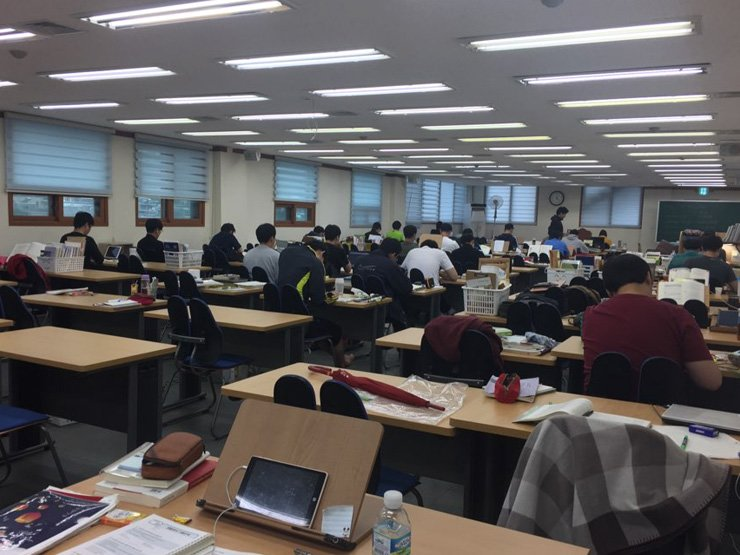 On the June 6 Memorial Day, a state exam institute in Sillim-dong, Gwanak-gu, Seoul, is packed with people preparing for the police exam slated for Sept. 2. / Korea Times photo by You Soo-sun