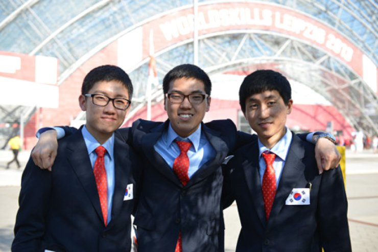 World Skills gold medalist Cho Yong-ku, left, Lee Gyu-chul, center, and medallion winner Kwon Sung-chul pose at the 42nd World Skills Leipzig 2013 competition in Leipzig, Germany, July 7. Korea placed first in the competition, winning 12 gold, five silver and six bronze. / Yonhap
