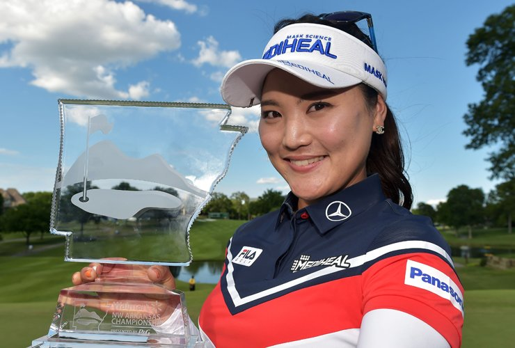 Ryu So-yeon raises the trophy after winning the Walmart NW Arkansas Championship in this June 25 photo. The logo of Mediheal, Ryu's main sponsor, stands out on the golfer's cap and shirt. / AFP-Yonhap