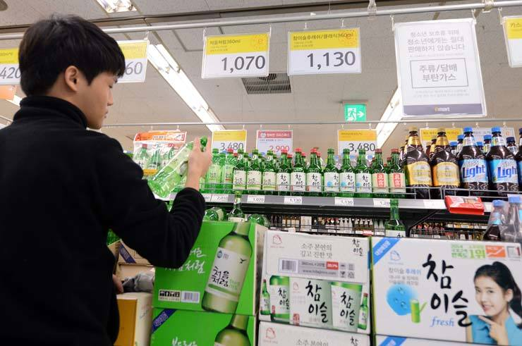 The government is seeking to ban local distilleries from promoting their alcoholic beverages through the use of photographs of celebrities on their bottles and cans. / Korea times file