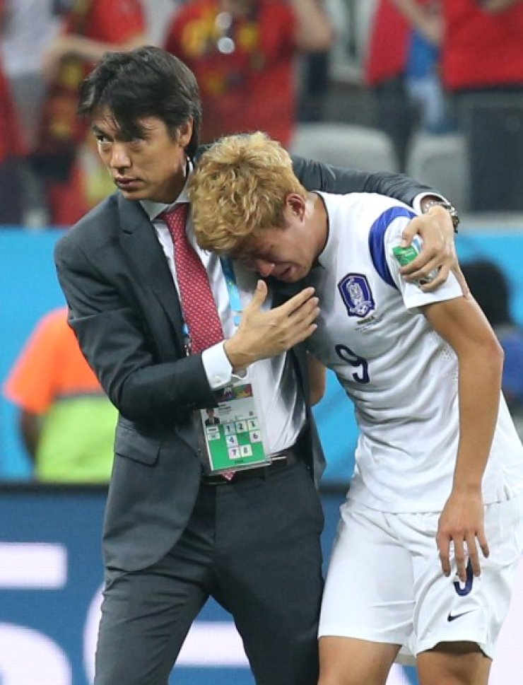 Korea coach Hong Myung-bo embraces a sobbing Son Heung-min after Korea's 1-0 loss to Belgium in their Group H match in Sao Paulo Friday (KST). The loss eliminated Korea from the World Cup. /Yonha
