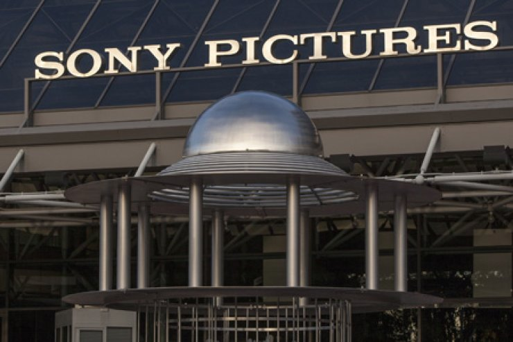 An exterior view of the Sony Pictures Plaza building is seen in Culver City, Calif., on Friday. U.S. President Barack Obama declared that Sony 'made a mistake' in shelving the satirical film, 'The Interview,' about a plot to assassinate North Korea's leader. He pledged the U.S. would respond 'in a place and manner and time that we choose' to the hacking attack on Sony that led to the withdrawal. The FBI blamed the hack on the communist government. AP-Yonhap