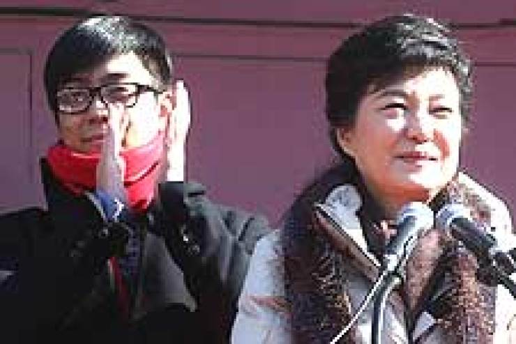Singer Eun Ji-won, left, applauds along with President Park Geun-hye, his aunt, during a street campaign last December. Korea Times fileActor Kim Jong-min, left, whose stage name is Go Yoon, casts a ballot with his father Kim Moo-sung, a five-term lawmaker and right-hand man of President Park Geun -hye, at a polling station last month.
