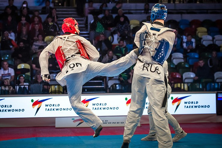 South Korea's In Kyo-Don (left) defeated Russia's Rafail Aiukaev to win the men's over 80kg crown at the World Taekwondo Grand Slam in London on Saturday. / Courtesy of World Taekwondo