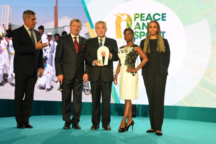Choue Chung-won, center, president of the World Taekwondo Federation, poses with Joel Bouzou, second from left, president of Peace and Sport, after being honored with the Federation of the Year award at the Peace and Sport Awards in Monaco, Nov. 24. / Courtesy of the World Taekwondo Federation