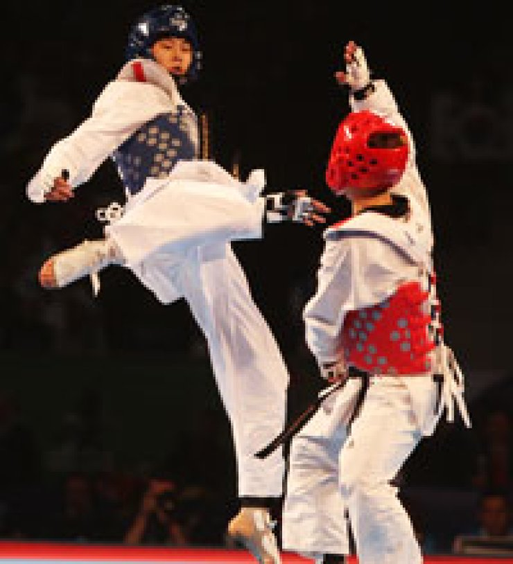 Kim Tae-hun of Korea, left, and Chia Lin Hsu of Chinese Taipei  exchange kicks during the men's under-54-kilogram final match at the World Taekwondo Championships in Puebla, Mexico, Friday. / Korea Times