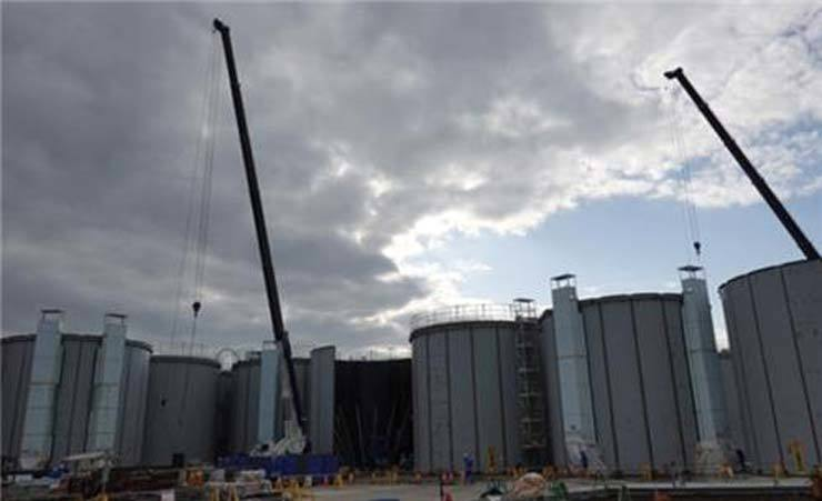 Storage tanks for radioactive water are seen at Fukushima Daiichi Nuclear Power Plant, Nov. 13. A body of experts, Monday, proposed discharging the water into the Pacific Ocean or evaporating it, and the Japanese government is likely to accept one of the options. / Yonhap