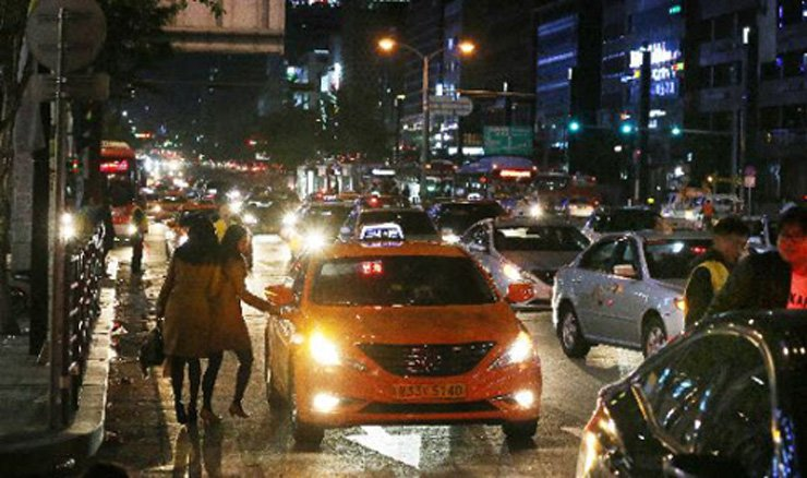 Two women try to catch a taxi in Seoul. Getting a taxi on Friday and Saturday nights is tough and Hongdae and Gangnam are among the most difficult areas, according to city data. /Korea Times file