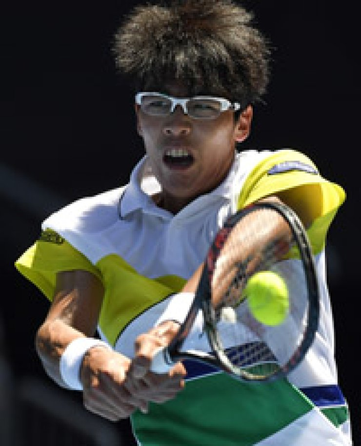 Chung Hyeon makes a return to Grigor Dimitrov during their second round match at the Australian Open tennis championships in Melbourne, Jan. 19. / AP-Yonhap
