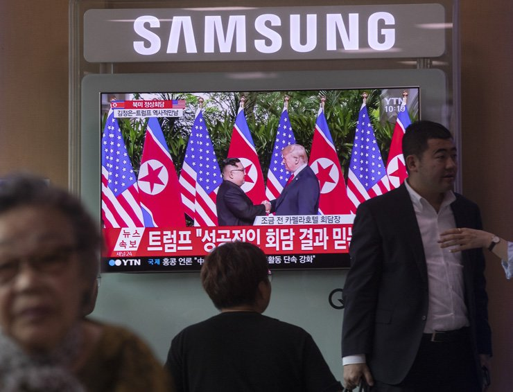 Citizens watch a live broadcast of the North Korea-U.S. summit in Singapore, Tuesday. / Korea Times photo by Shim Hyun-chul