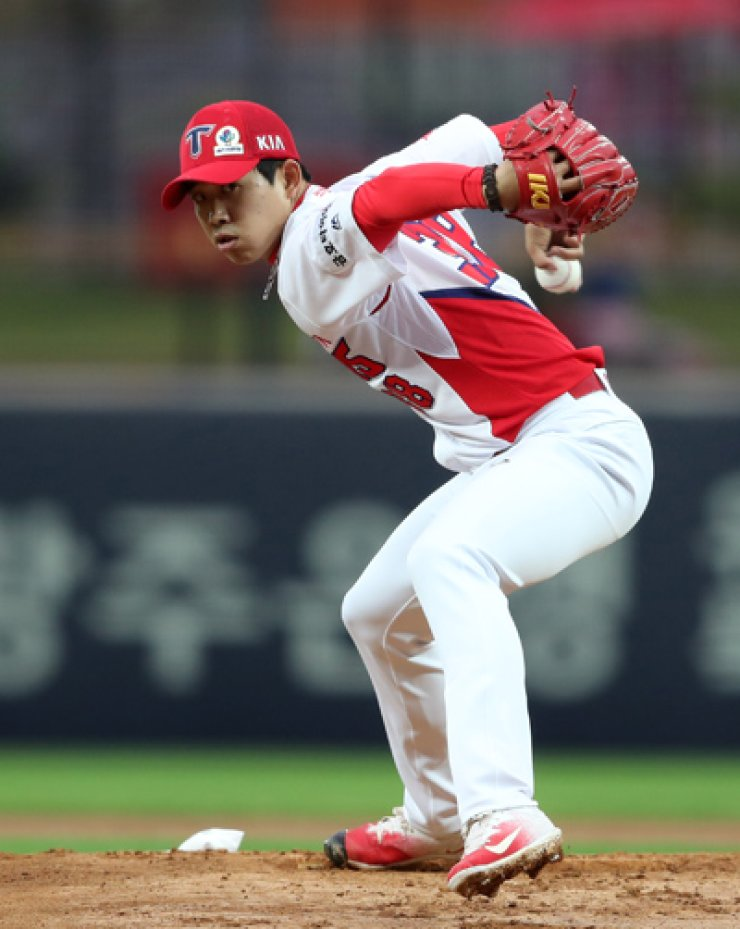 With his powerful change-ups, Kia Tigers underhand pitcher Im Gi-yeong has struck out 44 players in the 12 games in which he has pitched so far this season. His ERA this season is 1.82, and he has seven wins and two losses. / Korea Times photo file