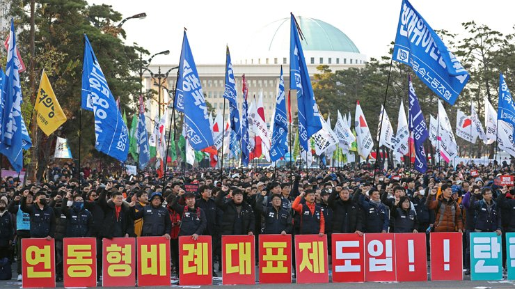 Workers stage a protest against the government's labor policy in front of the National Assembly in Seoul, Saturday. / Yonhap