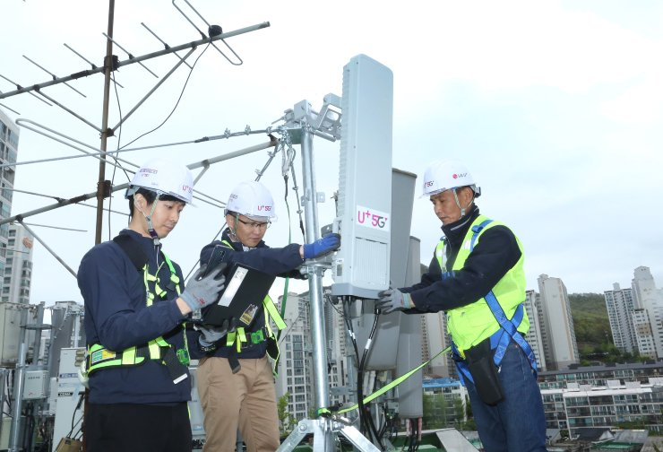 LG Uplus engineers work on the installation of 5G base stations in Anyang, Gyeonggi Province, April 26. Courtesy of LG Uplus