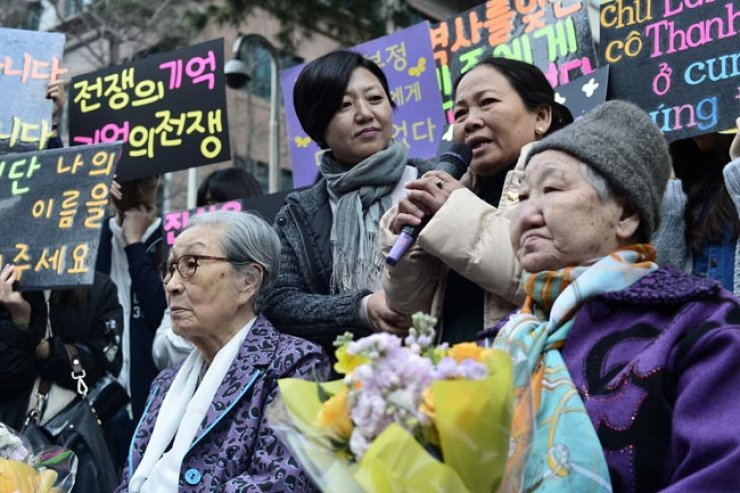 Nguyet Thi Thanh, one of the survivors of a Vietnam War massacre committed by South Korean soldiers, speaks at a weekly demonstration by former comfort women in front of the Japanese Embassy in Seoul, during her first visit to Korea in April last year. / Korea Times photo by Shim Hyun-chul
