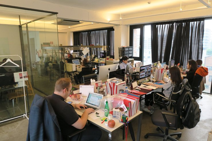 Poing employees work in the firm's new Hannam-dong office.      / Korea Times photo by Yun Suh-young