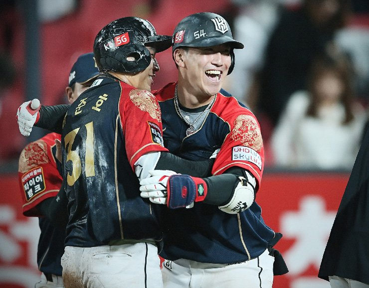 KT Wiz outfielder Ha Jun-ho, left, celebrates with teammate Jung Hyun after hitting a tie-breaking single to right field in the ninth inning against the LG Twins on Sept. 14. The lowest-ranked Wiz swept two games on Sept. 14 and 15 against the Twins. The KT Wiz and the Hanwha Eagles earned their nicknames as the 'red pepper power clubs' as the lower-ranked teams upset mid-ranked teams striving to grab their playoff berths.   /    Courtesy of KT Wiz