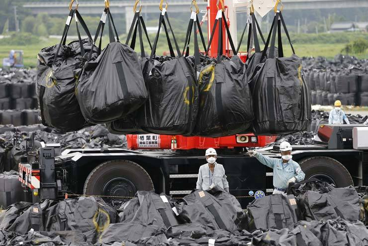 The government will toughen its inspections of waste imports from Japan ― a move seen as a response to Tokyo's recent export curbs on Korea, according to the Ministry of Environment, Friday. / Reuters-Yonhap
