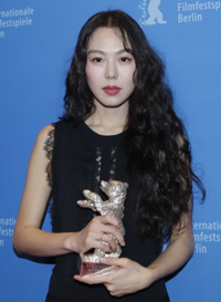 Actress Kim Min-hee poses with her Silver Bear trophy for Best Actress for the movie 'On the Beach at Night Alone'during the 67th Berlin Film Festival, Saturday (local time) / Yonhap