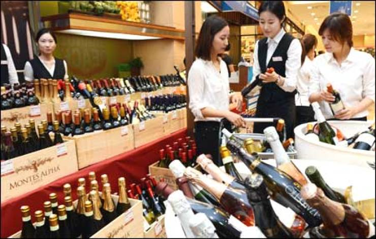 Lotte Mart reported Sunday that sales of wine at its stores have surpassed those of soju and other liquors for the first time ever. Korea Times file
