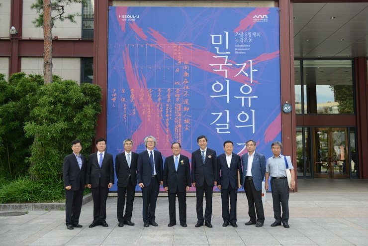 Lee Jong-chan, center, chairman of the Woodang Scholarship Foundation, poses with guests at the Seoul Museum of History in Seoul, Thursday, a day before the opening of an exhibition featuring six brothers who fought for Korean independence. The guests include Song In-ho, fourth from left, the director of the museum, and Lee Jong-gul, third from left, a lawmaker of the Democratic Party of Korea (DPK). / Courtesy of Woodang Scholarship Foundation