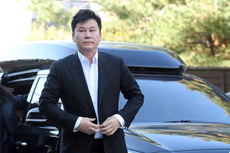 Former YG Entertainment chief Yang Hyun-suk arrives at the Gyeonggi Nambu Provincial Police Agency in Suwon, Gyeonggi Province, Saturday, to undergo questioning related to intimidation charges against him. / Yonhap