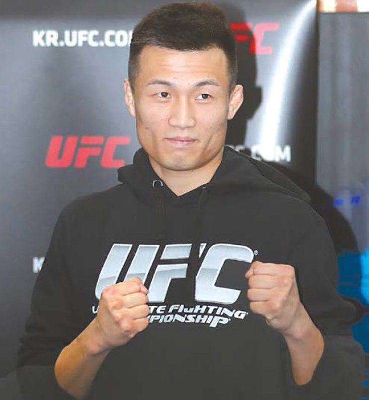 Mixed martial arts fighter Jung Chan-sung poses before reporters at his gym in southern Seoul, Wednesday. Jung will fight Dennis Bermudez in the Ultimate Fighting Championship in Houston on Feb. 4. / Yonhap