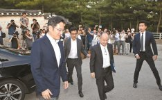 Samsung mulls buying stakes in Arm