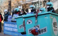 Delivery workers file petition against apartments for infringing on human rights