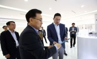 LG chief visits R&D center