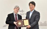 'Parasite' subtitle translator becomes Busan honorary citizen