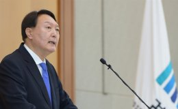 Top prosecutor scrambling to tighten grip on office
