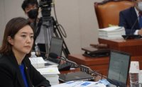 Star lawmaker's special lecture plan draws controversy