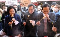 Politicians eating in traditional market raises eyebrows