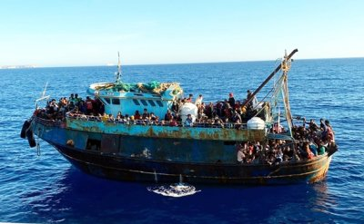 400 migrants land on Italy's Lampedusa as rescue ship blocked