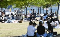 Designating Han River parks as alcohol free zones causes controversy