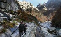 Minister, Hyundai chief meet over Mt. Geumgang