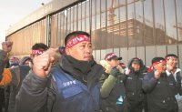 Workers call for crackdown on undocumented foreign colleagues