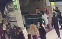 집단 폭행당하는 중국 여의사.. 이유가?